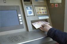 Один из крупнейших украинских банков ограничил снятие наличных в банкомате