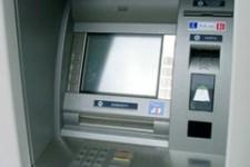 Украинские банки установили временные лимиты на снятие наличных в банкомате