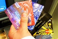 Жители России начали активнее использовать платежные карты