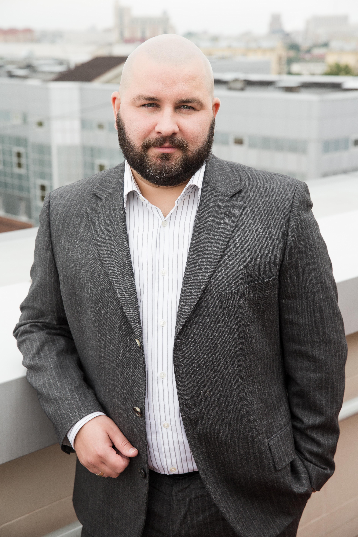 Дмитрий Даниленко средний план на улице в пиджаке