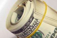 Украинцы продолжают сдавать валюту