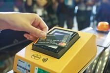 В Киевском метро добавят турникеты для оплаты банковской картой