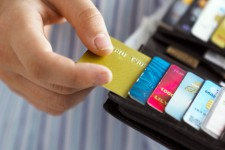 Украинцы стали чаще расплачиваться картами на заправках и в ресторанах
