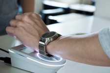 Sony выпустит аналоговые часы с платежными функциями