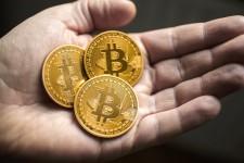 В 2015 объем покупок за Bitcoin вырос в два раза