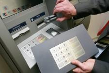 Мошенники «учат» банкоматы считывать и передавать данные о картах пользователей