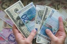 Украинцы получают больше денежных переводов, чем отправляют