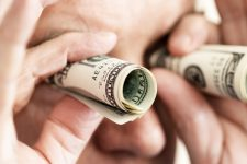 Украинцам разрешили покупать больше валюты