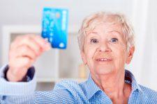 Карты для социальных выплат и пенсий: где выгоднее?