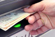 Как положить деньги на карту через банкомат: пошаговое руководство