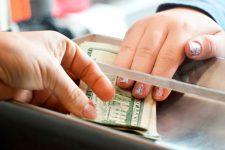 Отделения без денег: банки отказываются от налички