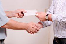 В конвертах: половину зарплаты украинцы получают наличными