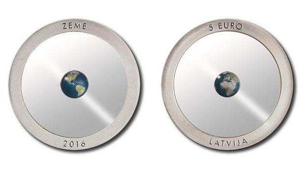 В Латвии выпустили прозрачную монету с Землей