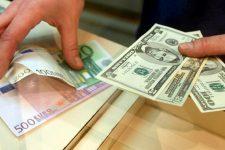 Украинцы продолжают продавать валюту