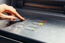 Наличка или карты: как часто украинцы снимают деньги в банкоматах