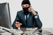 Развод по телефону: зачем мошенники отправляют жертву к банкомату?