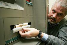 """Мошенники стали реже """"перехватывать"""" наличные в банкоматах"""