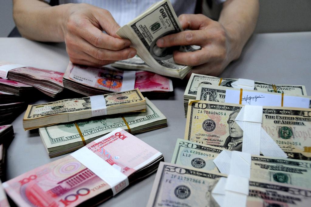 Украинцы сдают валюту