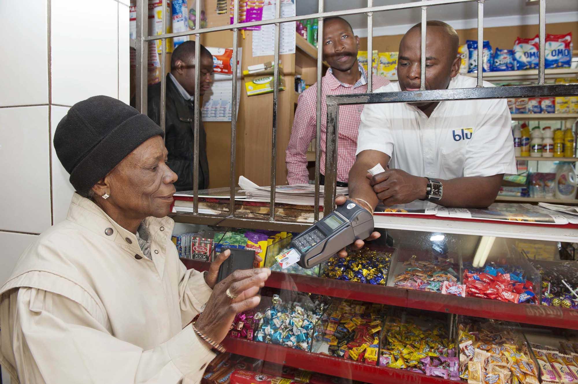 Стало известно, где люди активно переходят на банковские карты