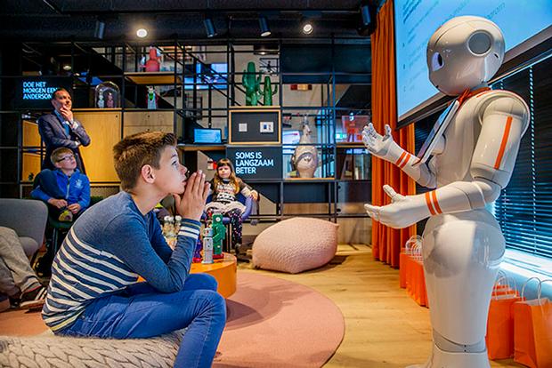 Роботы учат детей