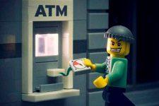 В Киеве взломали банкомат и заставили непрерывно выдавать деньги