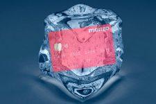 Цифровой банк Monzo замораживает счета клиентов: в чем проблема