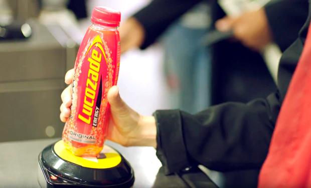 Пей и плати: в метро Лондона можно рассчитаться за проезд бутылкой (видео)