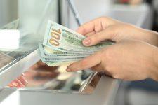 Нацбанк снял ограничения на выдачу валюты вкладчикам