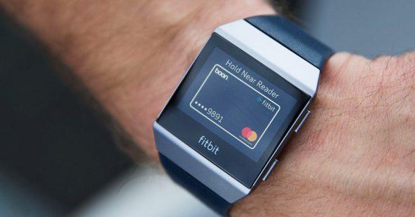 Вместо кошелька: Fitbit представила смарт-часы с опцией платежей