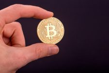 Глава крупнейшего банка США назвал биткоин мошенничеством