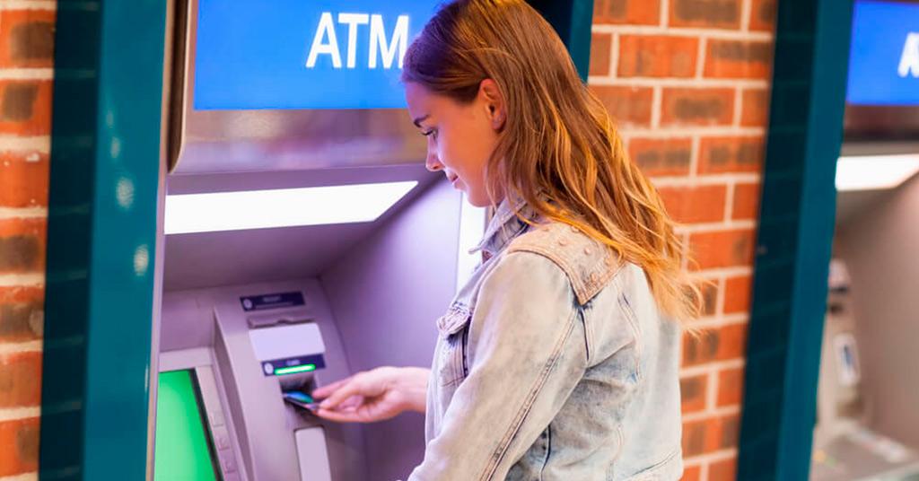 Крупнейшие банки одной из стран отменили комиссию за снятие денег в банкоматах