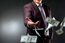 Украинцы сдают в обменники миллионы долларов
