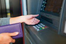 За сокращение количества банкоматов платят потребители – исследование