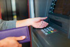 Украинский банк ввел лимиты на снятие средств в банкоматах