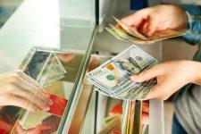 Украинцы продают больше валюты, чем покупают