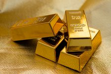 Вместо долларов и евро: украинцы покупают золото килограммами
