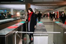 Едь сейчас — плати потом: в метро Шанхая новый формат оплаты проезда