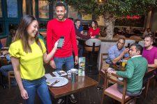 Оплата в смартфоне: британские рестораны урезают полномочия официантов
