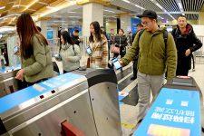 В метро Пекина запустят новый способ оплаты проезда