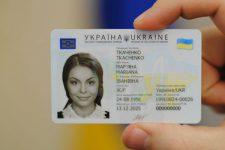 Украинцы больше не смогут получить паспорт в виде книжки
