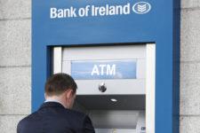Клиенты крупного банка в недоумении: их карты не работают