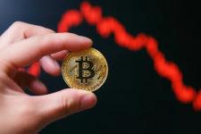 Цена Bitcoin опустилась до минимальных в этом году значений