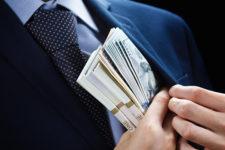 Топ-менеджера Ощадбанка обвиняют в коррупции