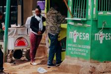 Эволюция M-PESA: от кнопочных телефонов до бесконтактных карт