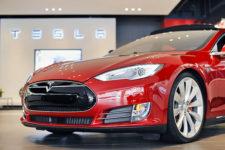 Tesla закроет свои магазины и уйдет в онлайн