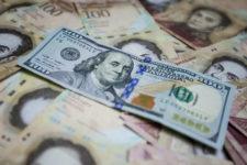 Впервые за 15 лет: жителям Венесуэлы разрешили обменивать валюту