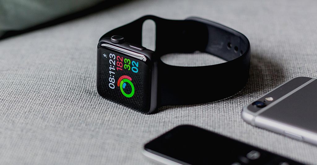 Посредством Fitbits и Apple Watch
