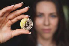 Женщин призвали инвестировать в криптовалюту