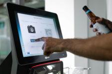 В супермаркетах Европы смогут определить возраст покупателей