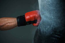 Известного боксера оштрафовали за рекламу мошеннического ICO